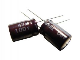 kondenzátor 47uF/100V 105°C (hnědý)